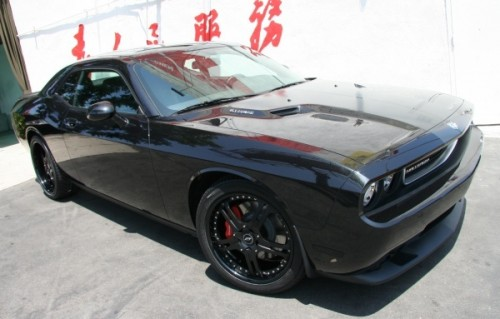 black_dodge_challenger_srt8_01